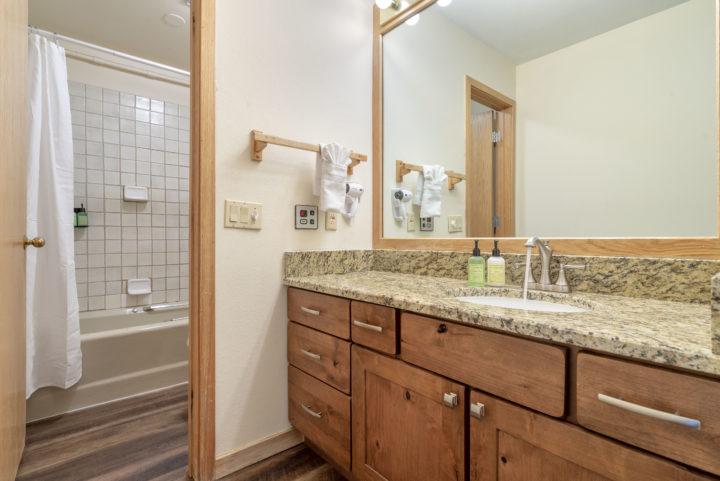 Bath 2 (upper level bath)