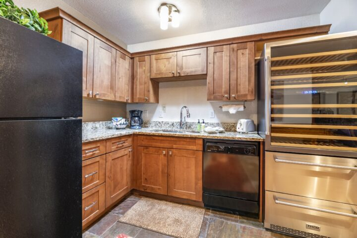 Lower Level Kitchen (2nd kitchen)
