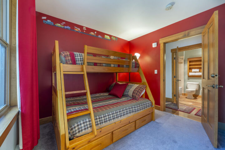 Bedroom 3 has Double bed/Twin bunk. Two 6' long portable futons also fit in room. (Pillows, sheets, and blankets are provided for the extra futons and the living room sleeper sofa.)